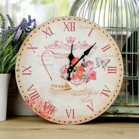 jasny zegar ozdobiony rzymskimi cyframi oraz prowansalską grafiką