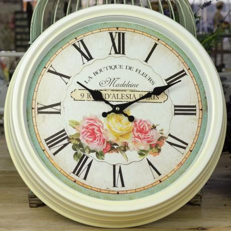 Okrągły zegar w metalowej ramie z różami na tarczy