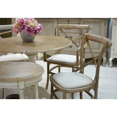 Piękne i wygodne krzesła z tapicerowanym siedziskiem zostały zrobione z drewna w naturalnym odcieniu jasnego brązu.