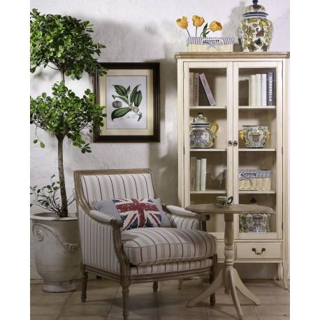 Idealny do salonu stolik kawowy z okrągłym blatem to mebel z charakterystycznymi elementami postarzeń.