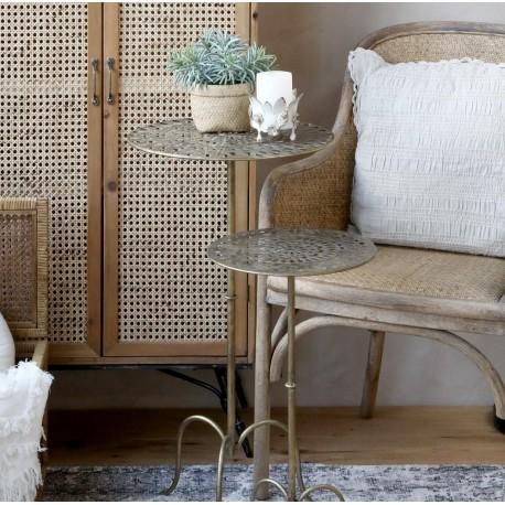 Metalowy stolik z ażurowymi blatami to dekoracyjny mebel, który sprawdzi się również jako doskonałe miejsce na popołudniową herbatę z przyjaciółką.