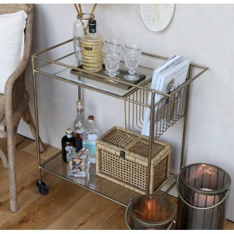 Metalowy stolik na kółkach z szklanymi blatami świetnie nadaje się nawet do eleganckiego salonu.